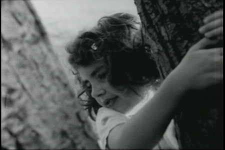GIRL CLIMBING TREES di Jared Katsiane (USA 2006), interpretato da Danika Rumi.
